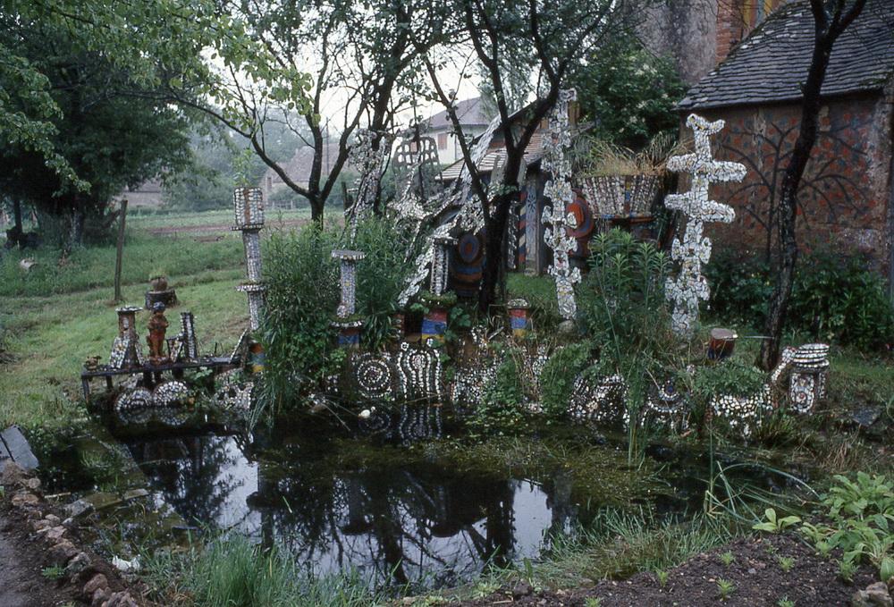 Le jardin de faïence de François Portrat,1/1 François Portrat (1884-1976) a parsemé son jardin de centaines de sculptures, médaillons et totems en ciment incrustés de fragments de céramique et de morceaux d'assiettes représentant des formes abstraites, des animaux, des personnages ou des médaillons ornés de photos découpées dans des magazines. C'est en véritable sculpteur qu'il compose ses formes arborescentes et les recouvre de faïence et de céramique, souvent blanche, comme pour mieux placer les petites touches de couleur qu'il distribue avec le plus grand soin.  Brannay, Yonne, 89150.