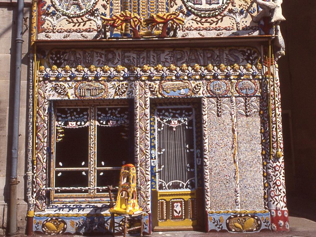 Le « Petit Paris » de Marcel Dhièvre, 3/4Vue de la partie basse de la façade.