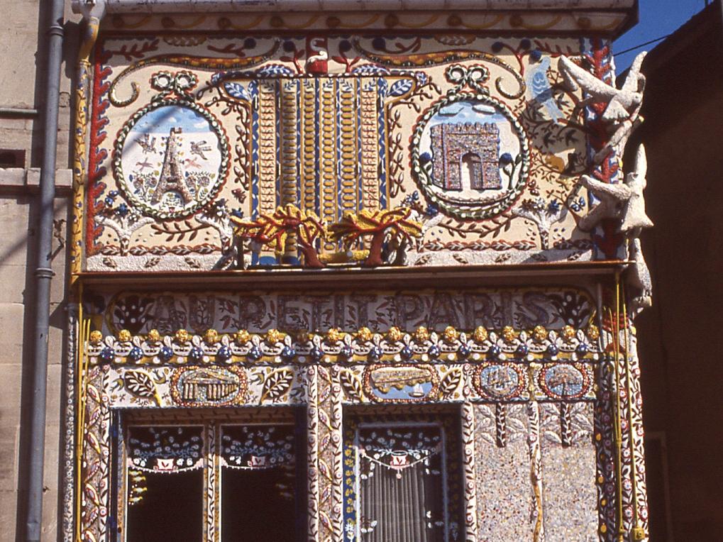 Le « Petit Paris » de Marcel Dhièvre, 3/4Vue de la partie haute de la façade.