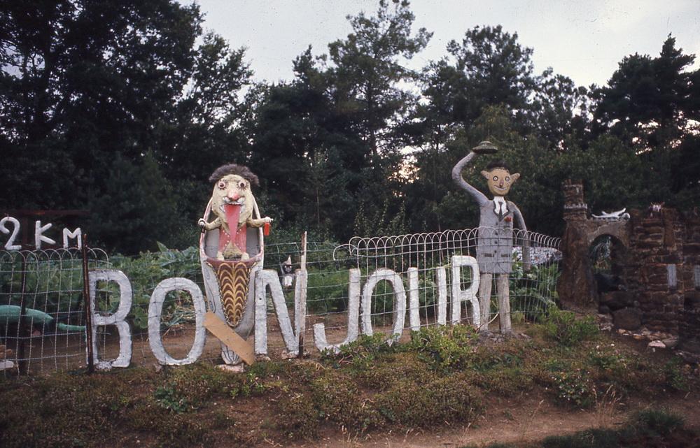 Les sculptures burlesques de Fernand et Marie-Louise Châtelain, 1/5 C'est le long de la RN 138 entre Alençon et Le Mans, que Fernand Châtelain et son épouse Marie-Louise décidèrent, en 1961, pour « se désennuyer » et « pour le plaisir de ne pas faire comme tout le monde » de s'adresser aux passants, à pied ou en voiture, pour les saluer, les surprendre et les amuser. Centaures souriants, insectes imaginaires ou sympathiques monstres polychromes, gentleman anglais, chevaux ailés et familles en promenade, tous modelés dans le ciment, interpellent haut et fort ceux qui les croisent pour le plaisir et la joie de toutes et tous. Abandonné à leur mort puis restauré par des amateurs enthousiastes, le petit monde de Fernand et Marie-Louise est à présent en pleine forme et a retrouvé tout son charme !  Fyé, Sarthe, 72139.