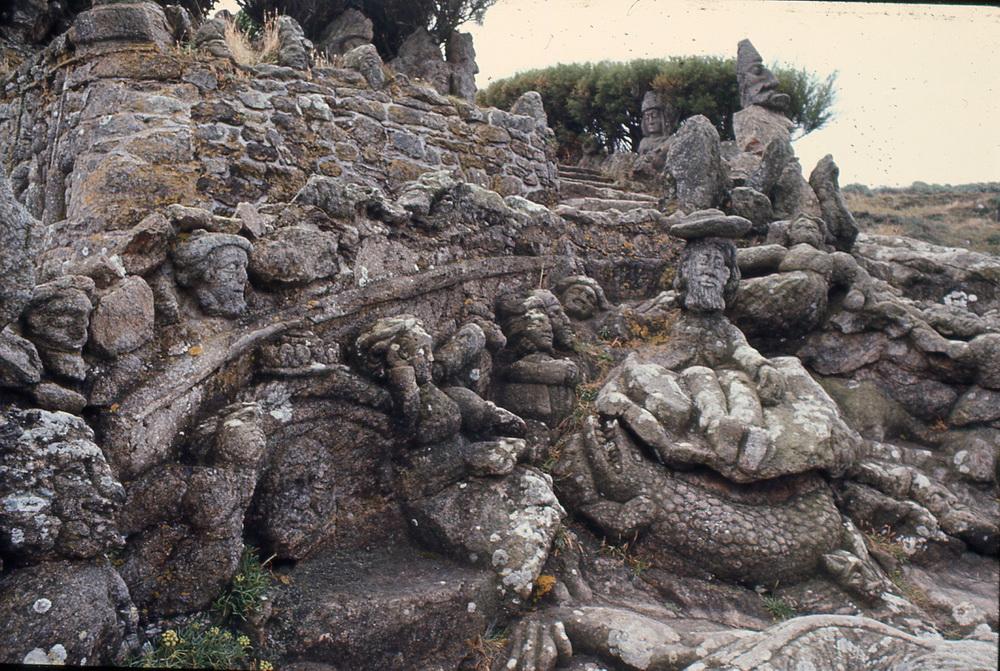 La falaise des rochers sculptés de l'Abbé Fouré, 1/4 La falaise de granit de Rothéneuf, sculptée et mises en couleurs pendant plus de treize années, entre 1894 et 1907, par Adolphe Julien Fouéré (1839-1910), dit l'Abbé Fouré met en scène des centaines de personnages, animaux, héros mythiques et historiques qui font face à la mer. Ayant abandonné son ministère pour raison médicales et installé à Rothéneuf, son œuvre constitue l'un des haut-lieux de la création spontanée en France, cité dans tous les ouvrages, reconnu et faisant l'admiration de tous. Le site, qui est une propriété privée, est à présent en très mauvais état et les sculptures, attaquées par lichens, le vent salé et les pluies fréquentes disparaissent chaque jour un peu plus sous les semelles des très nombreux visiteurs.  Saint-Malo, quartier Rothéneuf, Ille-et-Vilaine, 35400.