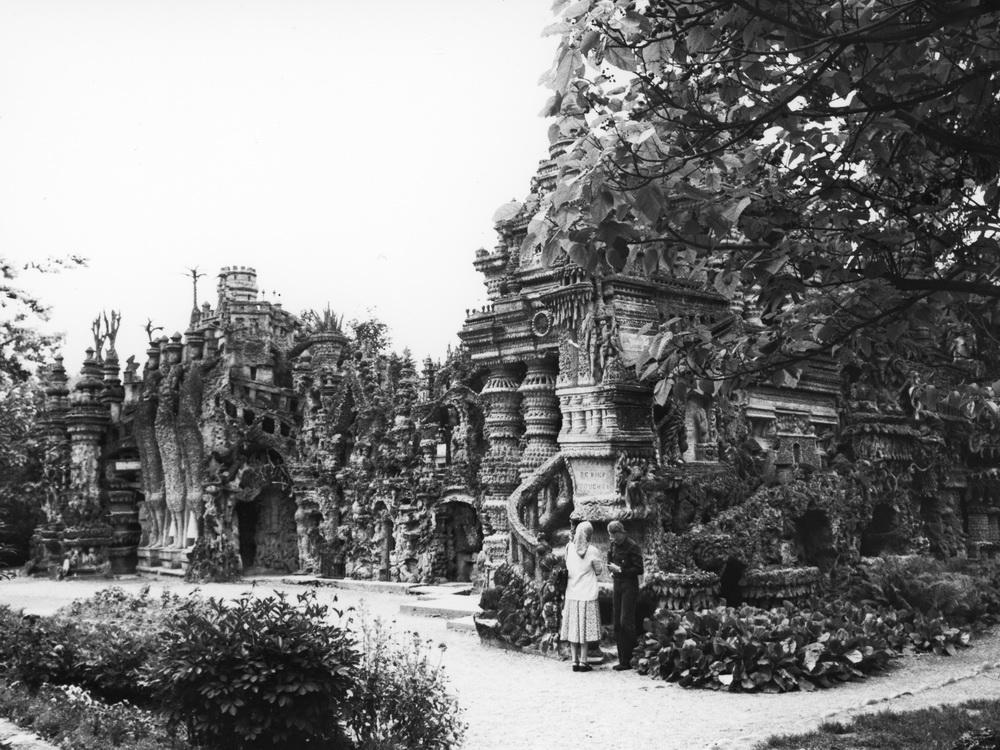 Le Palais Idéal de Ferdinand Cheval 1/4 Chef d'œuvre incontesté de l'architecture de l'imaginaire, de la puissance de la créativité spontanée et de l'opiniâtreté d'un seul, le Palais que Ferdinand Cheval (1836-1924) a construit devant sa maison est devenu non seulement un symbole mais également une illustration des limites que le simple labeur quotidien permet de repousser au plus loin. Ferdinand Cheval se savait exceptionnel, en toute humilité. Tel un Douanier Rousseau de l'architecture, il avait  conscience de la puissance de sa création et se voulait un modèle. Il y est parvenu et son Palais Idéal, parsemé des écritures dans lesquelles il s'adresse au monde, tresse avec magie les volutes de pierre, les sculptures majestueuses, les souterrains mystérieux et le foisonnement d'une créativité dans laquelle la surcharge fait place à l'extraordinaire de l'imaginaire, de la chimère et du rêve éveillé. Seule impossibilité : être enterré dans son Palais. Qu'à cela ne tienne, quelques années de travail de plus et un mini-Palais dans un angle du cimetière lui tiendra lieu de demeure éternelle !  Martine Doytier ne pouvait qu'être fascinée par la découverte et l'exploration de ce Palais inhabitable. Dans l'énergie déployée par Ferdinand Cheval pour l'édifier, elle saura puiser celle qui l'autorisera à lui rendre hommage.  Hauterives, Drôme, 26390.